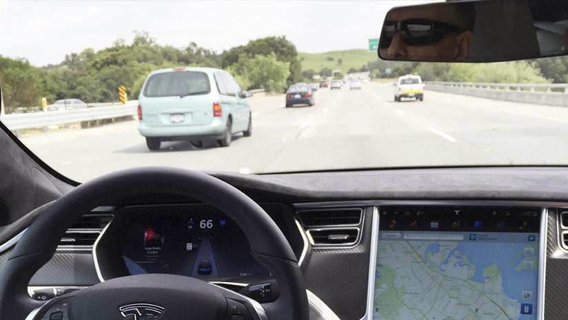 'Hackers' chinos logran que un Tesla conduzca por el carril contrario con un simple truco (VIDEO)