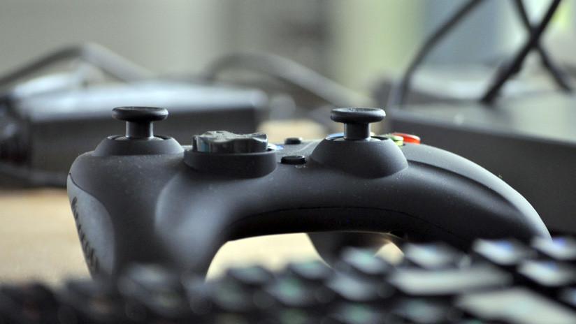 VIDEO: Padre obliga a su hijo a destruir la PlayStation por sacar malas notas