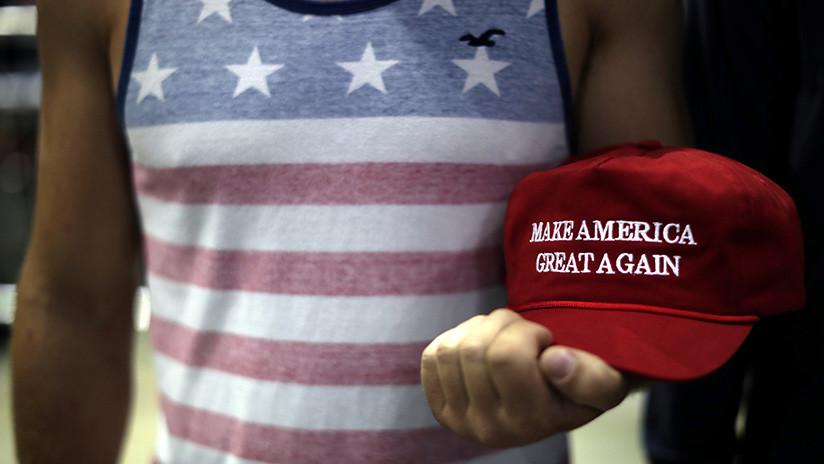 Le arranca una gorra con el eslogan de Trump 'Haz América grande otra vez' y recibe un espadazo