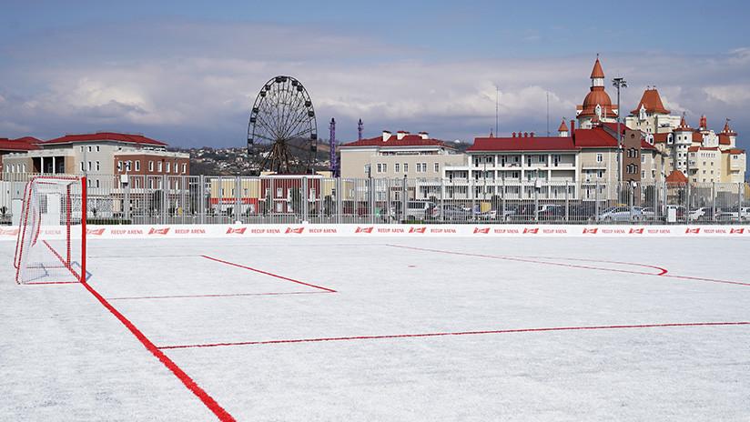 No es nieve: Inauguran en Rusia un campo de fútbol hecho a partir de 50.000 vasos de plástico recicladas (FOTOS)