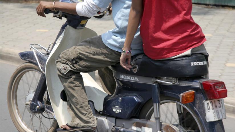 VIDEO: Un todoterreno arolla a una pareja que circulaba en moto por India
