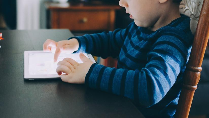 FOTO: Un niño bloquea el iPad de su padre por casi medio siglo