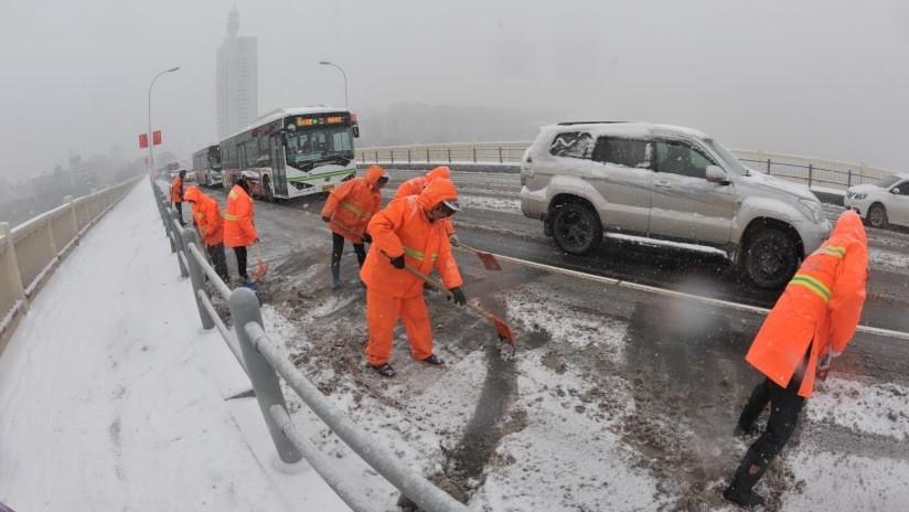 Empleados de la limpieza de calles en China tienen que portar pulseras inteligentes que los 'obligan' a trabajar si llevan 20 minutos sin moverse