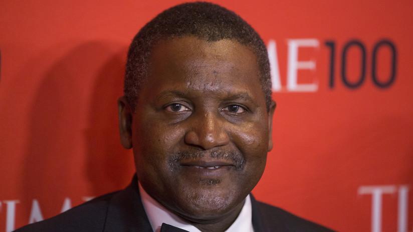 El hombre más rico de África retiró 10 millones de dólares para mirarlos y convencerse que era multimillonario