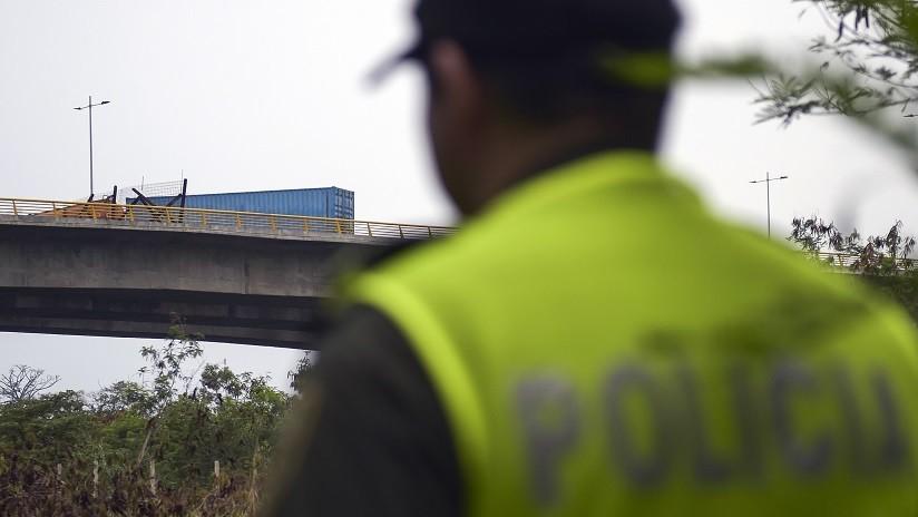 VIDEO: Dramático momento en que policías frustran el intento de suicidio de una mujer que quería tirarse de un puente en Colombia