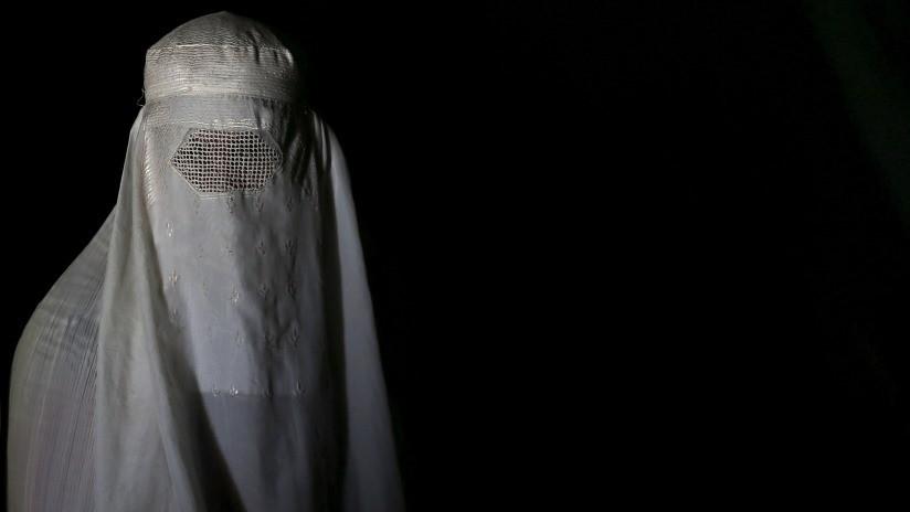 Una activista pakistaní enciende las redes con una foto de su esposo llevando burka