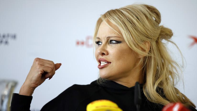 """Pamela Anderson sobre el arresto de Assange: """"Reino Unido, eres la perra de EE.UU."""""""