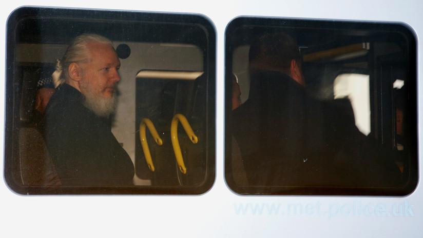 ¿A qué libro se aferraba Assange en el momento de ser detenido?