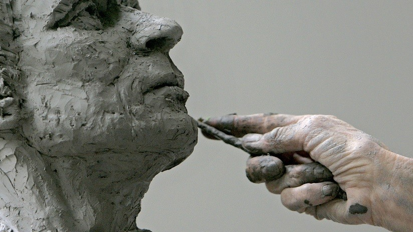 Una reportera se tropieza y rompe una escultura en directo