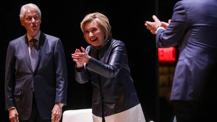 VIDEO: Hillary Clinton se burla de las políticas de Trump mientras bromea sobre el arresto de Assange