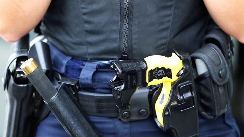 VIDEO: Un policía le dispara a un detenido con un arma de fuego pensado que usaba una táser y lo absuelven