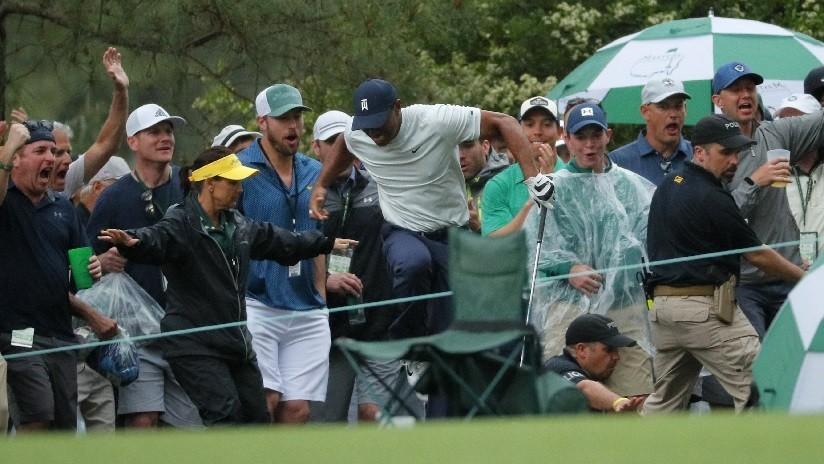 VIDEO: Un guardia de seguridad casi hiere accidentalmente a Tiger Woods en pleno partido