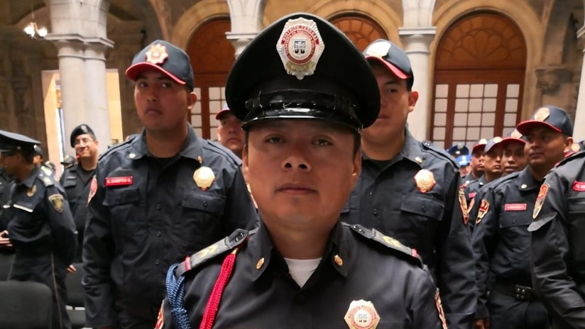 Premian al policía bautizado como 'Todo Solito' por frustrar un asalto sin refuerzosen México