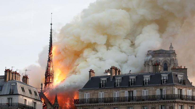 VIDEO: Momento del derrumbe de la aguja de la catedral de Notre Dame de París