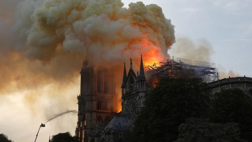 El incendio se extiende a una de las torres de la catedral de Notre Dame de París
