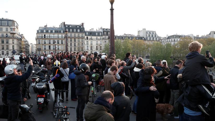 Franceses y turistas conmocionados por el incendio en la catedral de Notre Dame