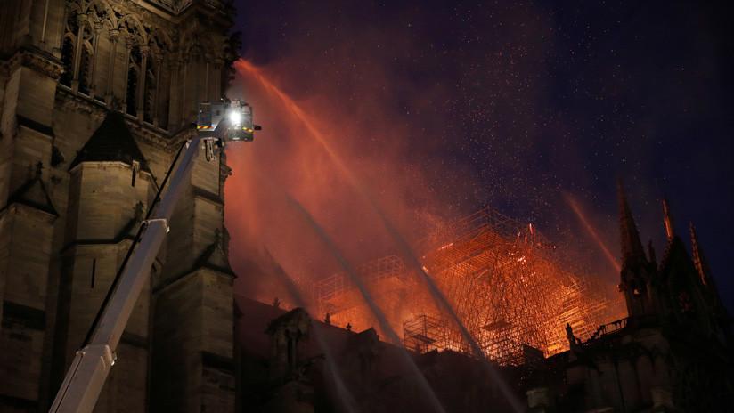 Los bomberos franceses no están seguros de poder sofocar el incendio de Notre Dame