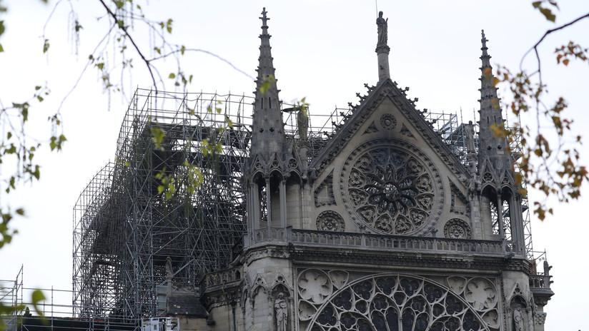 Extinguen por completo el incendio en la catedral de Notre Dame