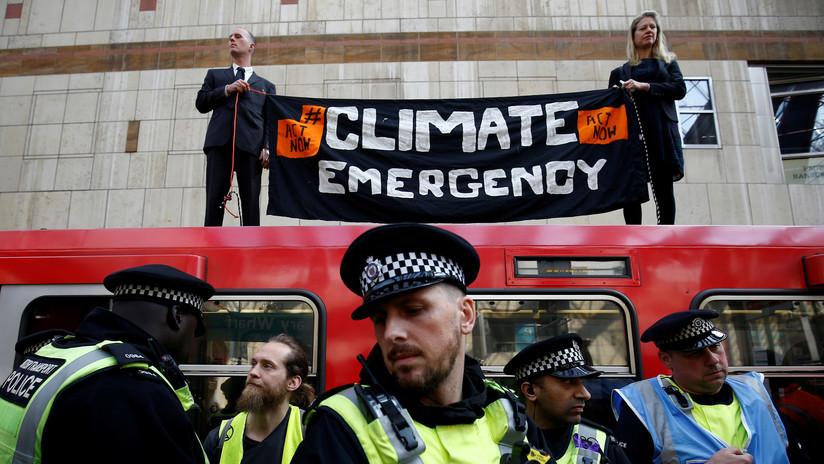Activistas contra el cambio climático 'se pegan' a un tren en Londres (VIDEO)