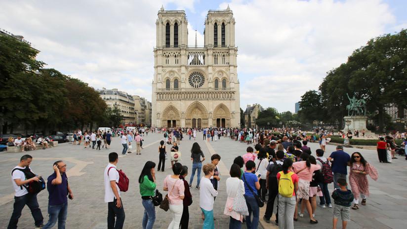 Encuentran al padre fotografiado mientras jugaba con su hija ante Notre Dame justo antes del incendio