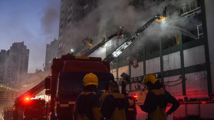 VIDEO: Un hombre salta desde la ventana de una casa en llamas y vecinos le salvan la vida