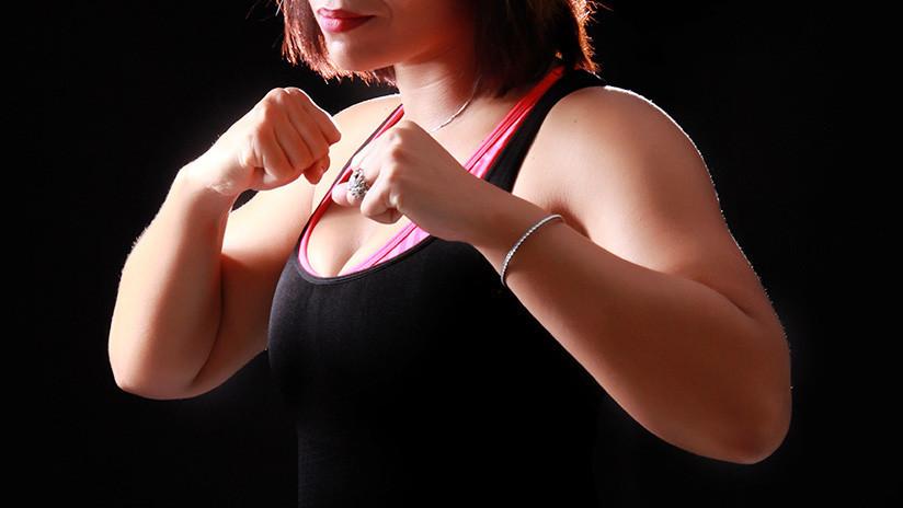 FOTO: Luchadora de MMA le da una paliza a un joven que se estaba masturbando mientras la miraba