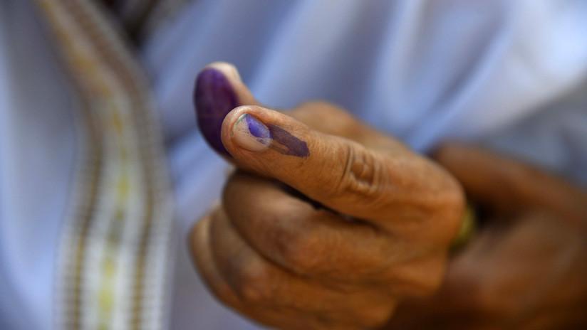 VIDEO: Un joven se corta un dedo como castigo por votar a otro partido por equivocación