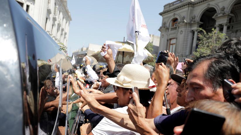 Perú: Seguidores del fallecido expresidente Alan García no dejan pasar al velatorio a su rival Humala