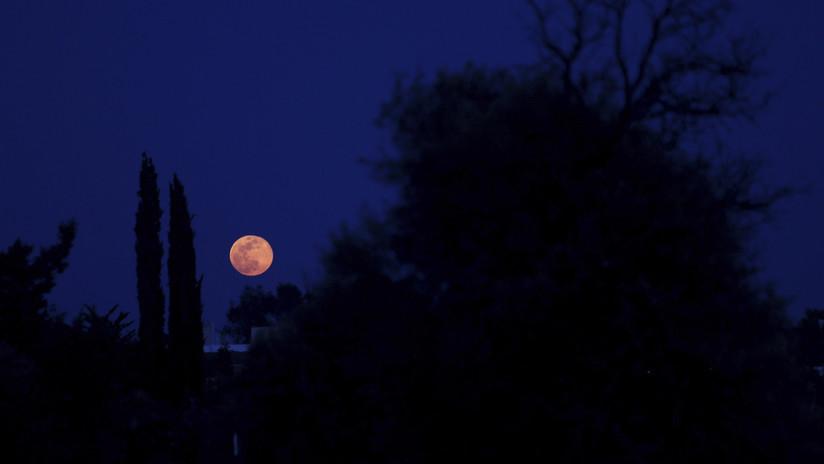 VIDEO: Una Luna Rosa ilumina el cielo en Viernes Santo