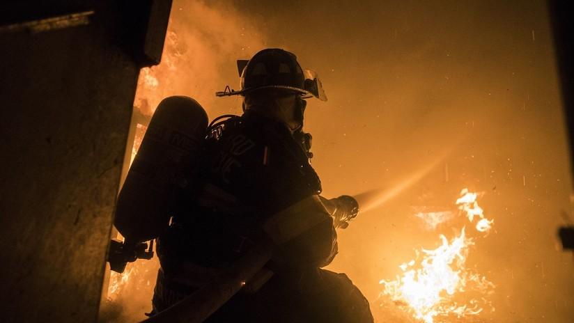 VIDEO: Tenso rescate de una mujer que quedó varada entre dos pisos para salvarse de un incendio