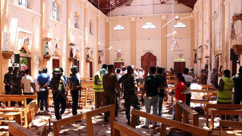 FOTOS: Feligreses tratan de ayudar a los heridos tras la explosión en una iglesia de Sri Lanka