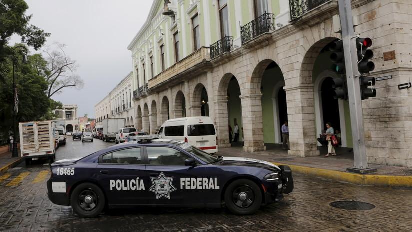 Policía mexicano regresa a un niño que había sido olvidado por sus padres en una tienda (VIDEO)