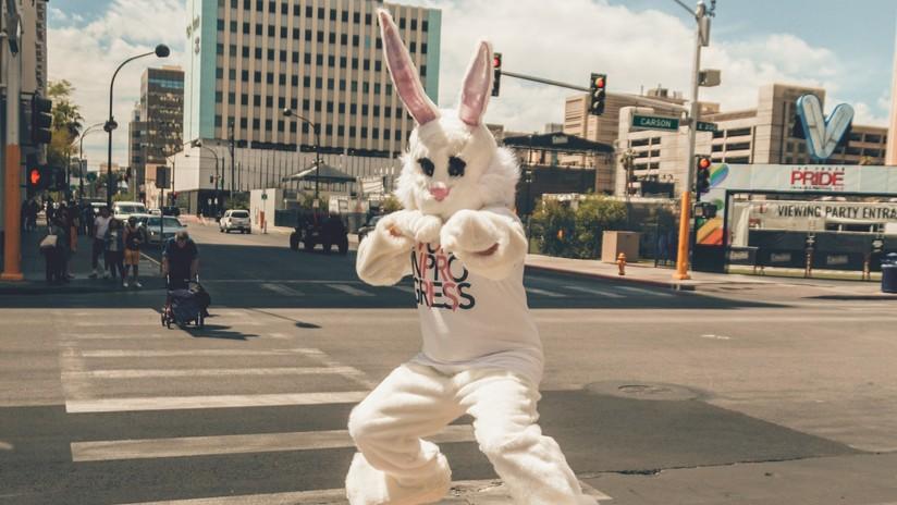 VIDEO: Feroz pelea callejera entre un 'conejo de Pascua' y una pareja en EE.UU.