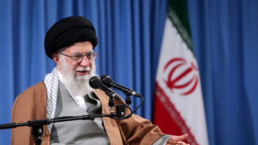 """""""Quieren ponernos de rodillas pero no nos rendiremos"""": El líder supremo iraní promete medidas tras el bloqueo """"hostil"""" a las importaciones de su crudo"""