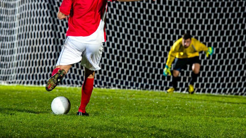 Despiden al futbolista que intentó lucirse con un penal de 'crack' y fue ridiculizado por el guardameta rival
