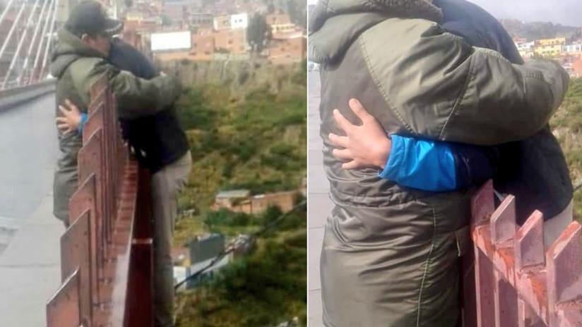 FOTOS: Un policía evita un suicidio al llegar justo antes de que un hombre se lanzara de un puente