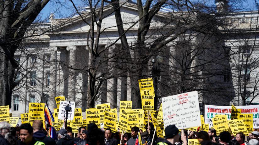 Activistas estadounidenses se mantendrán hasta el último momento en la Embajada de Venezuela en Washington, ante la llegada de personal de Guaidó