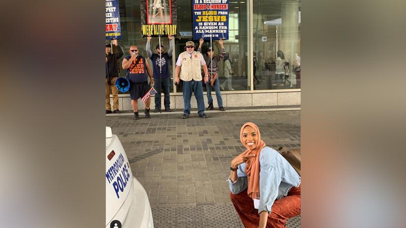 EE.UU.: Una musulmana responde a las protestas contra su religión con una sonrisa que se volvió viral (FOTOS)