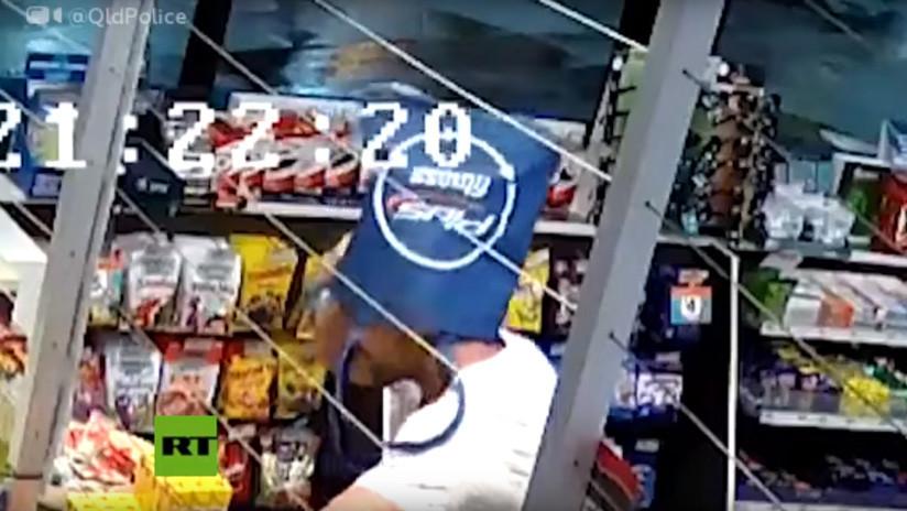 VIDEO: Asalta una tienda con una bolsa en la cara y se la quita para guardar el botín