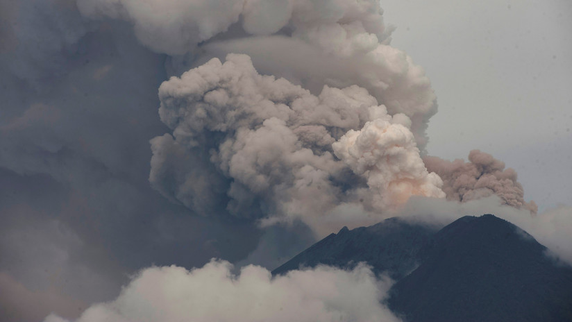 VIDEO: Turistas temerarios se hacen selfis en el borde del cráter de un peligroso volcán poco antes de que entre en erupción