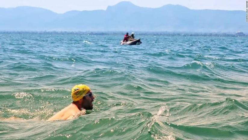 Logra dos récords Guinness tras atravesar a nado un enorme lago lleno de cocodrilos durante 54 días