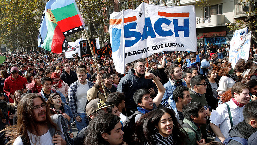 Estudiantes chilenos protestan en Santiago para exigir el fin del endeudamiento escolar