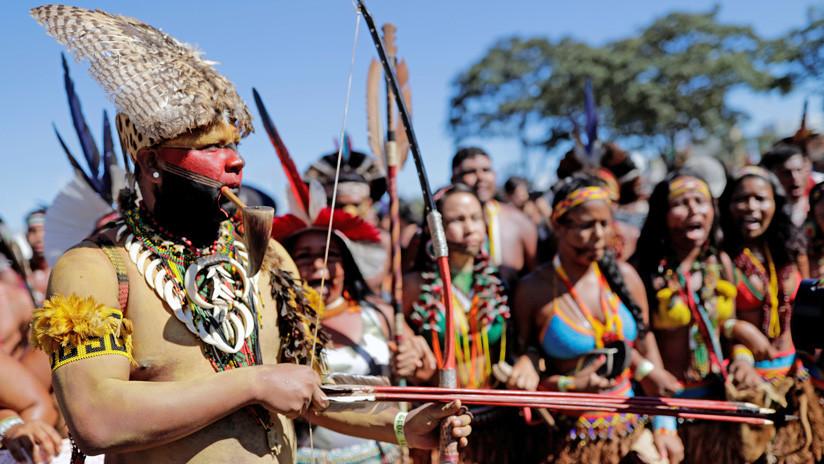 """Indígenas brasileños protestan por las políticas de """"exterminio"""" de Bolsonaro (VIDEO)"""