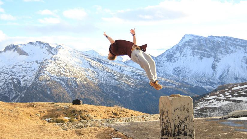 'Slackline': Un atleta demuestra lo doloroso del doble salto mortal hacia atrás (VIDEO)