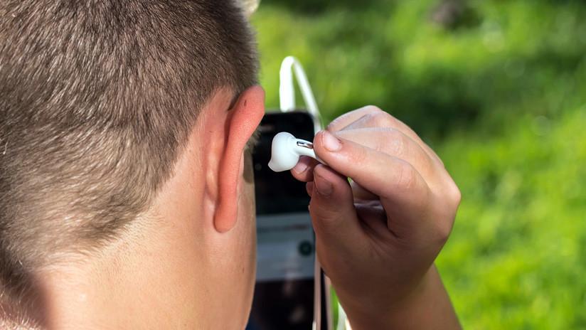 Se traga su audífono mientras duerme y oye sonidos saliendo de su estómago