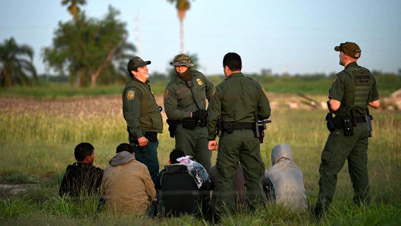 Uniformados estadounidenses detienen a extranjeros en su frontera sur estado de Texas el 9 de abril del 2019.                                   Loren Elliott