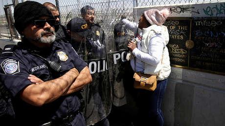 Inmigrante cubana delante de agentes de la Oficina de Aduanas y Protección Fronteriza en Ciudad Juárez, en la frontera entre México y EE.UU., el 31 de marzo de 2019.