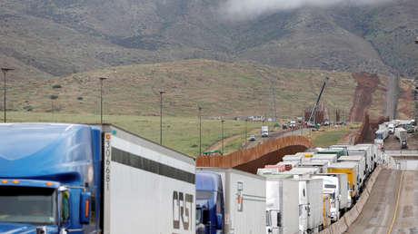 Camiones de carga esperan para cruzar a EE.UU., en Tijuana, México, 3 de abril de 2019.