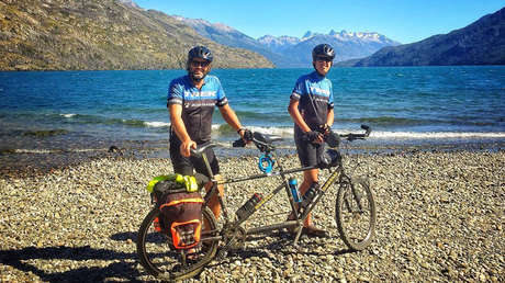 Juan Zemborain y su hijo Santiago con su bicicleta de tándem.