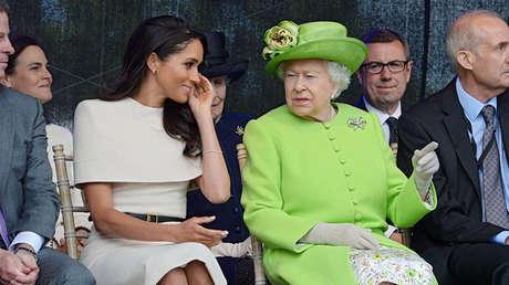 La reina Isabel II (derecha) y la duquesa de Sussex, Meghan Markle.
